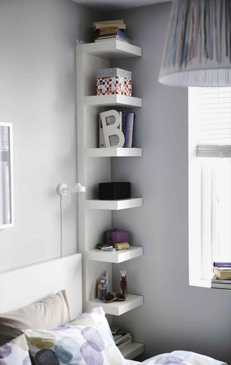 Вертикальные стеллажи для хранения в спальне 1