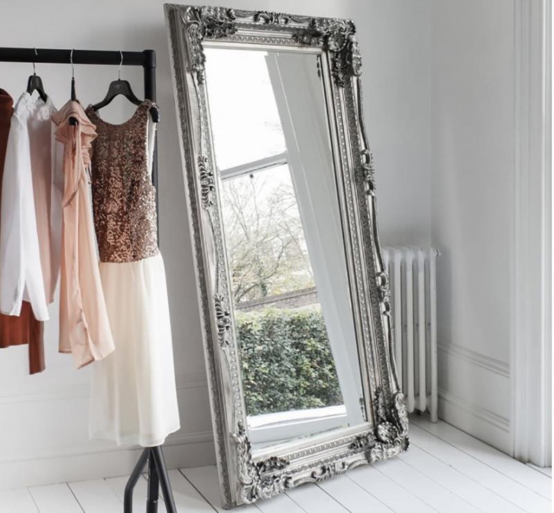 Зеркало возле окна в интеьер спальни 1