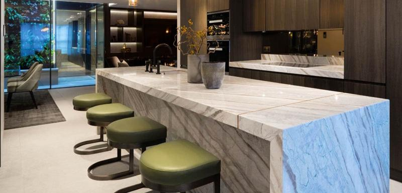 Дизайн кухни с каменной столешницей 2