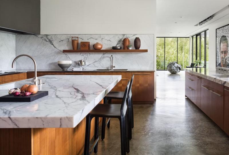 Дизайн кухни с каменной столешницей 5