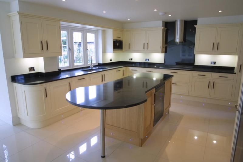 Дизайн кухни с каменной столешницей 6