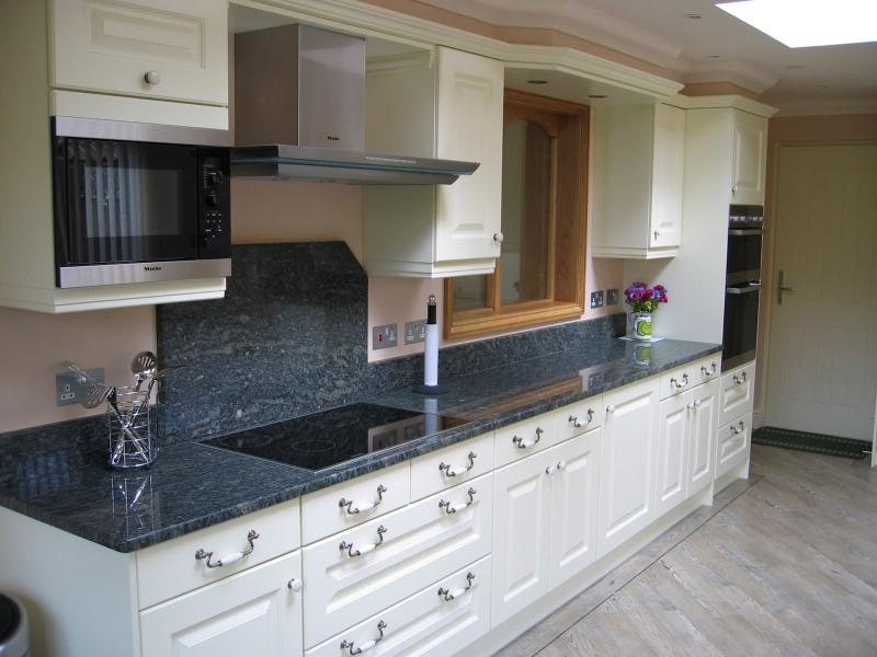 Дизайн кухни с каменной столешницей 8