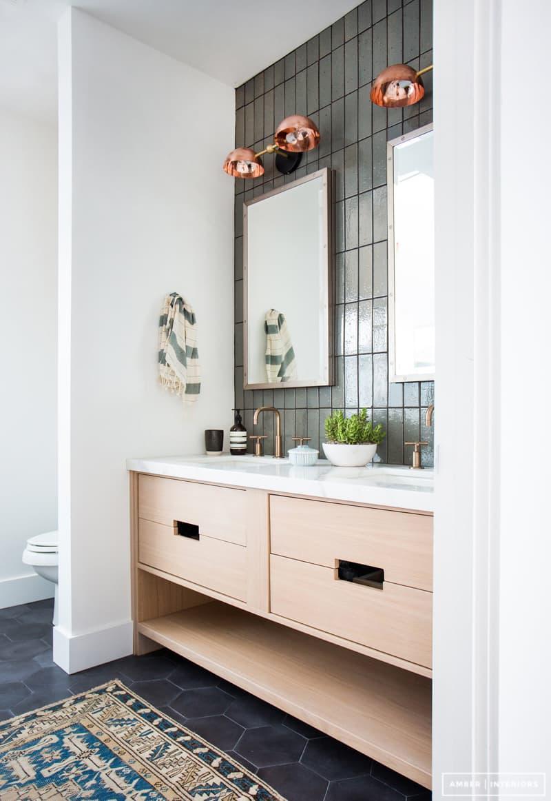 Трюмо в интерьере ванной комнаты 4