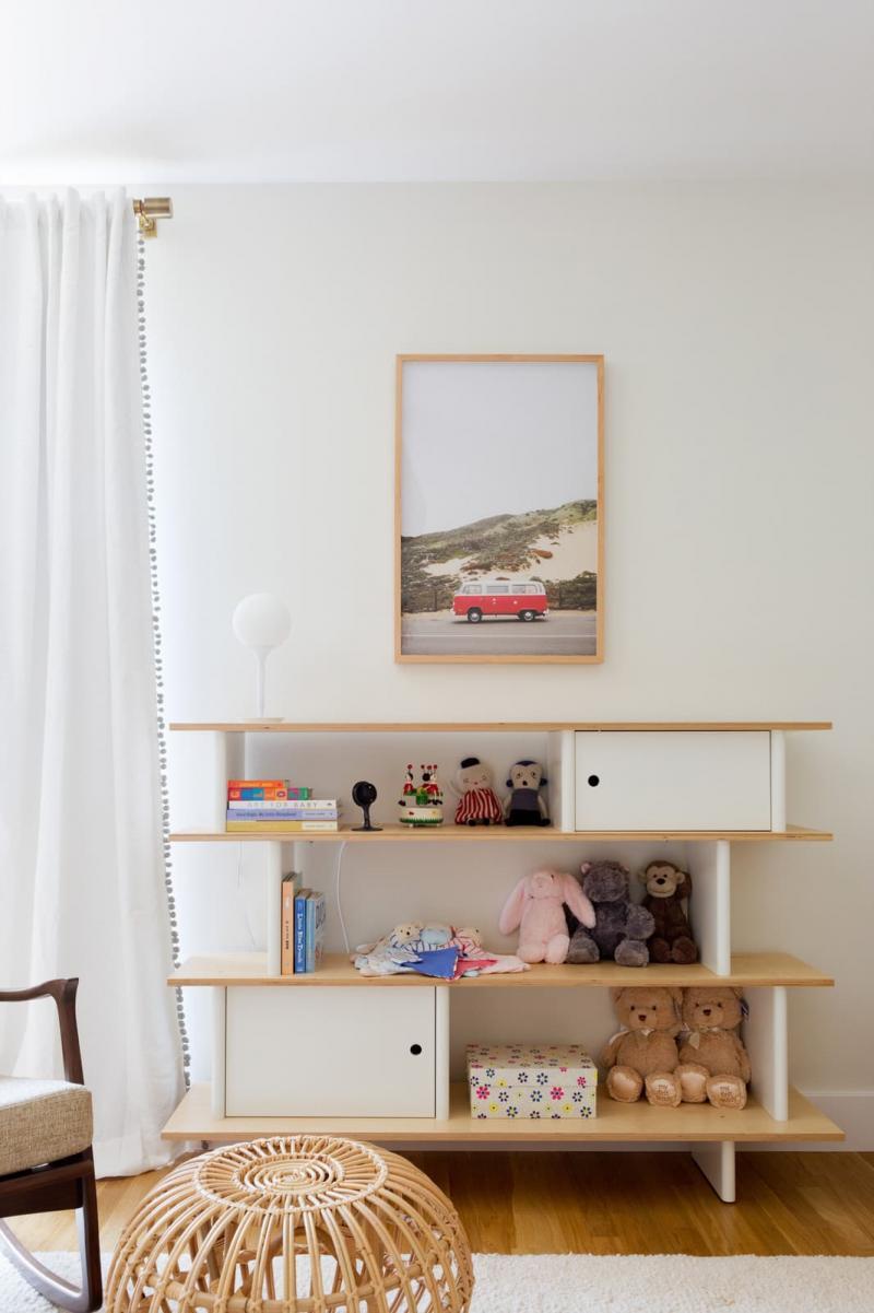 Открытый стеллаж в спальне для девушки 1