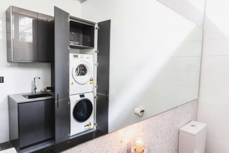 Стиральная машина в интерьере ванной в шкафу 3