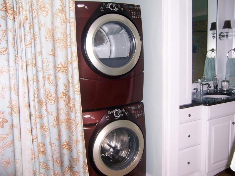 Стиральная машина в интерьере ванной за шторкой 1