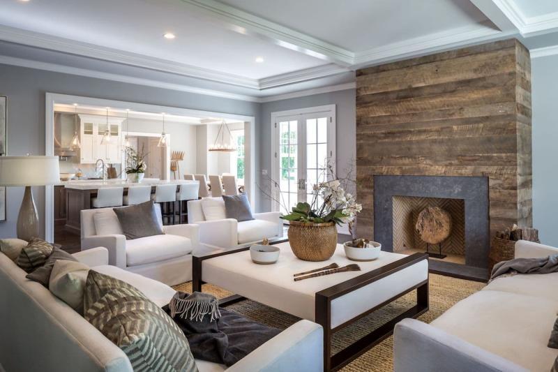 Деревянный камин в интерьер гостиной 1