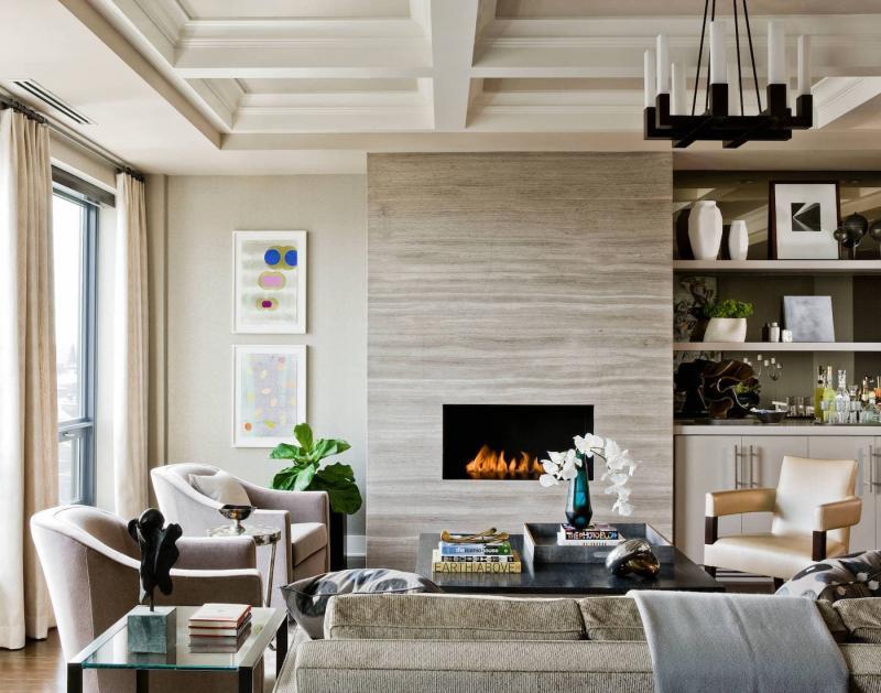 Нейтральный камин в современной гостиной 1