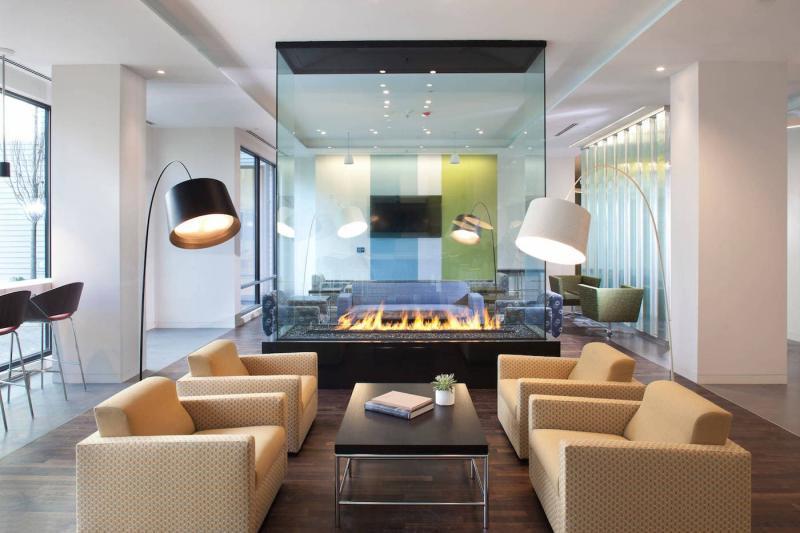 Стеклянный камин в современной гостиной 1