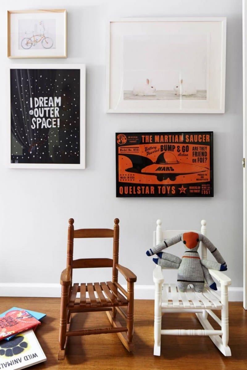 Картинная галерея на стене в комнате мальчика 1