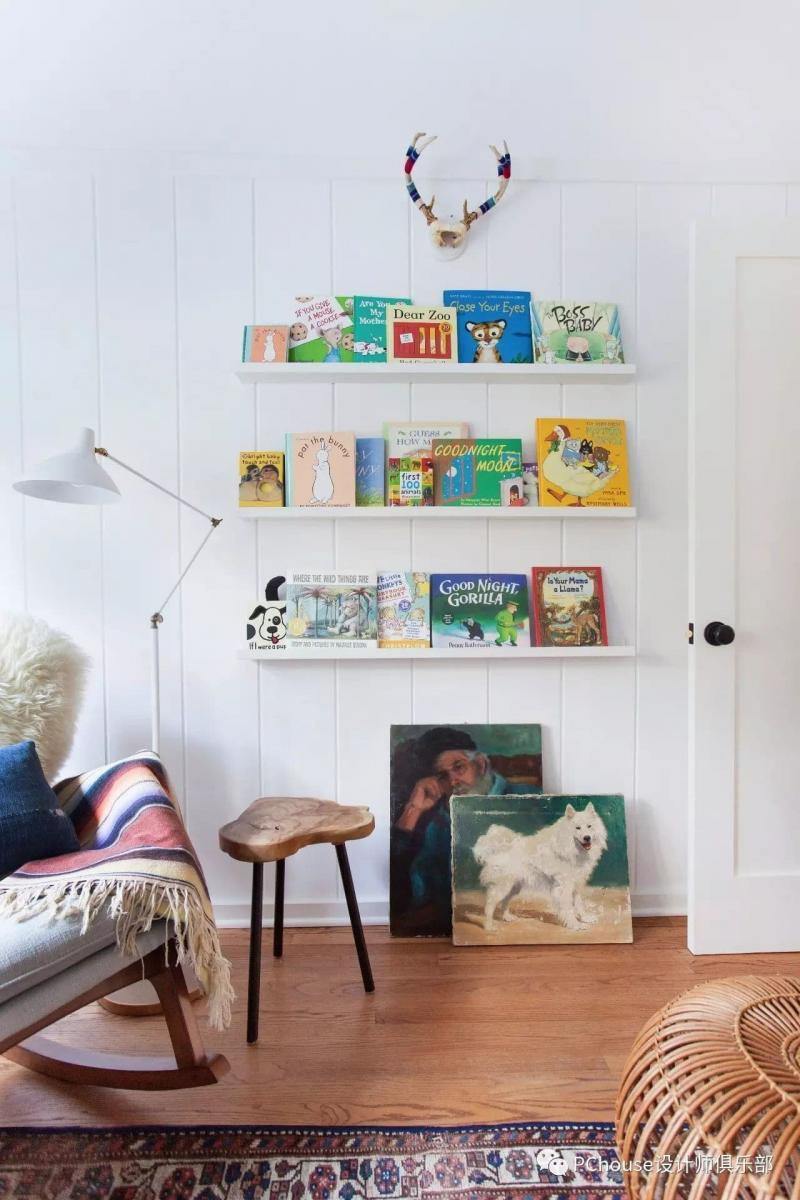 Открытые полки для книг в комнате мальчика 1