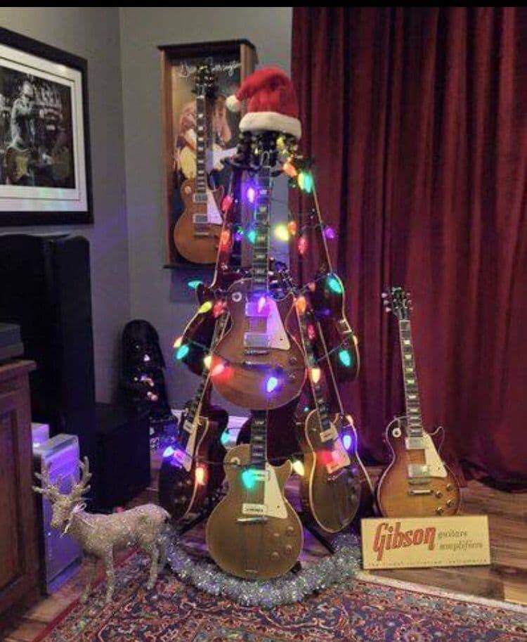 Новогодняя ёлка из гитар 1