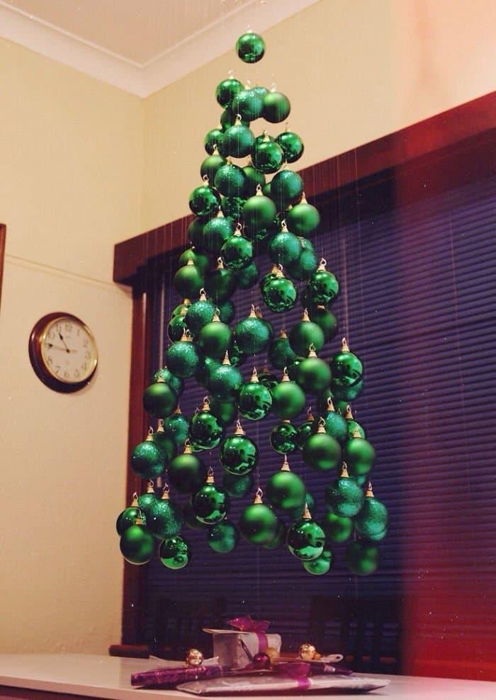 Новогодняя ёлка из ёлочных шаров 1