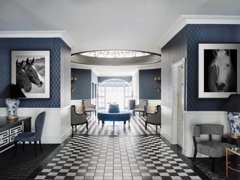 Геометрический принт в интерьере гостиной 2