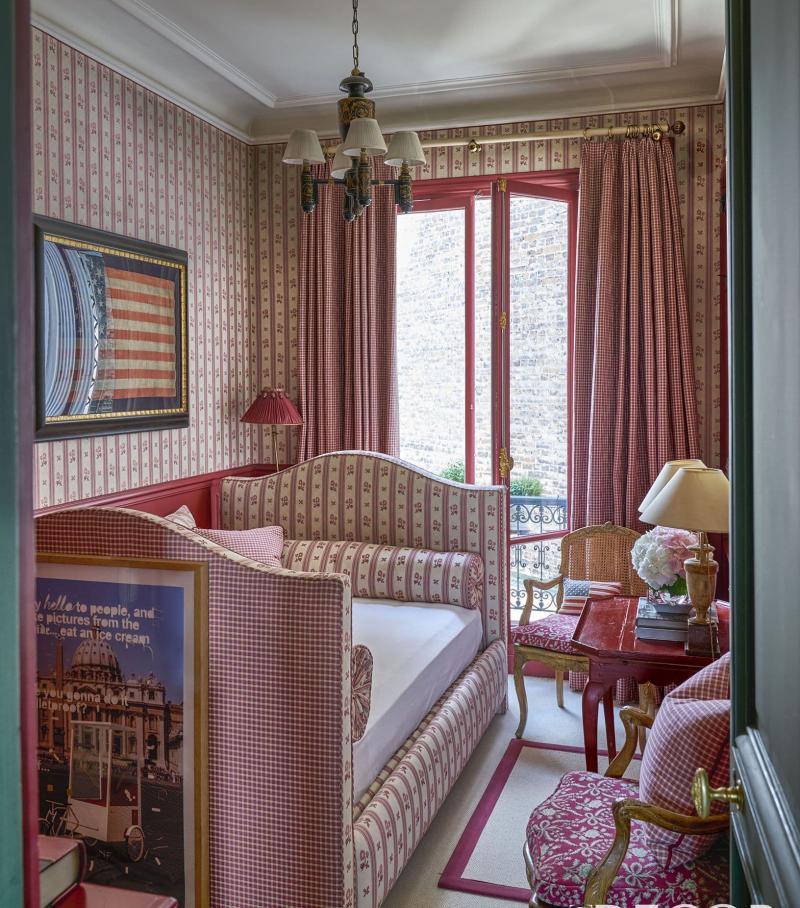 Цвет для маленькой спальни красный 1