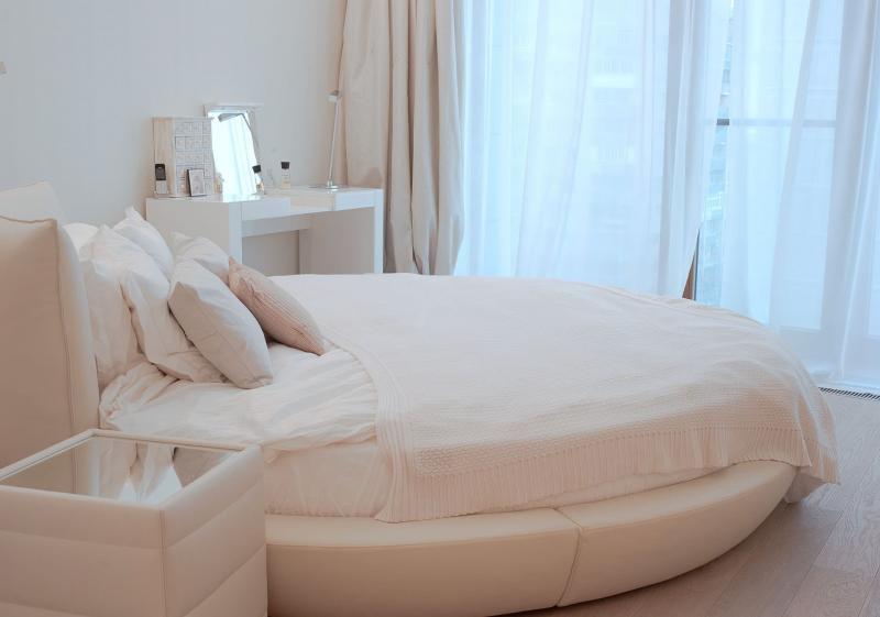 Кровать в маленькой спальне 7