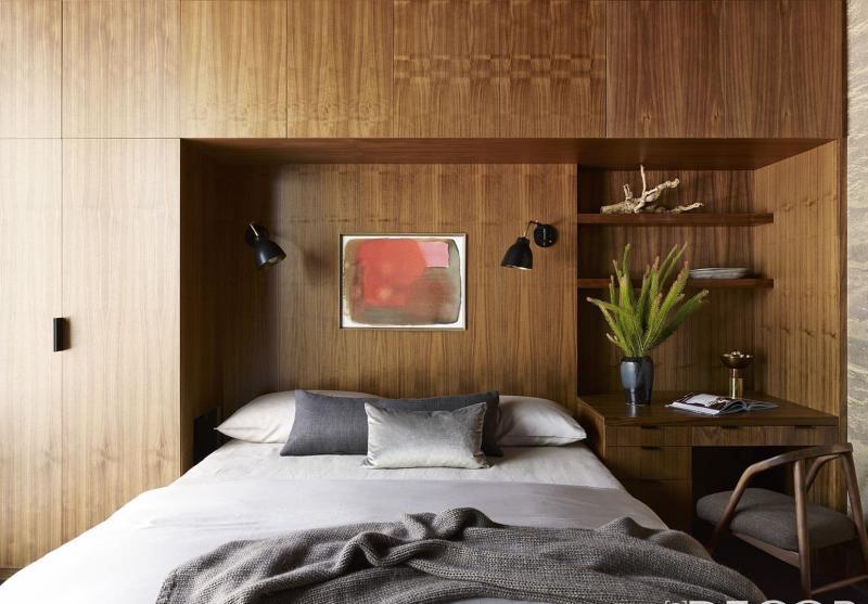 Письменный стол в маленькой спальне 3