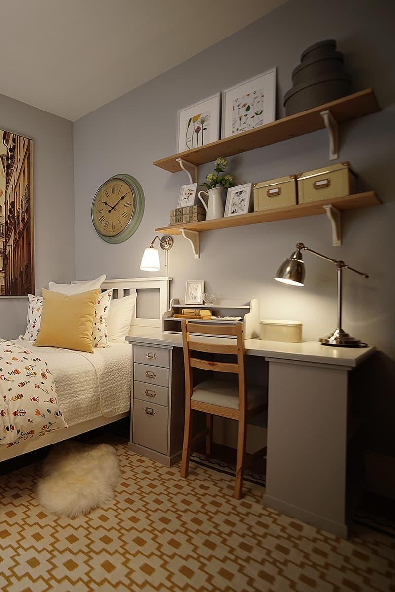 Письменный стол в маленькой спальне 4