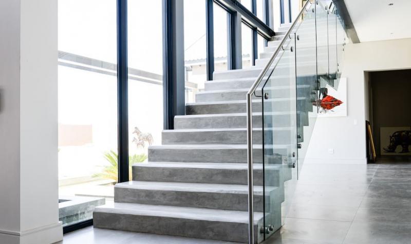 Бетонная лестница на второй этаж 1