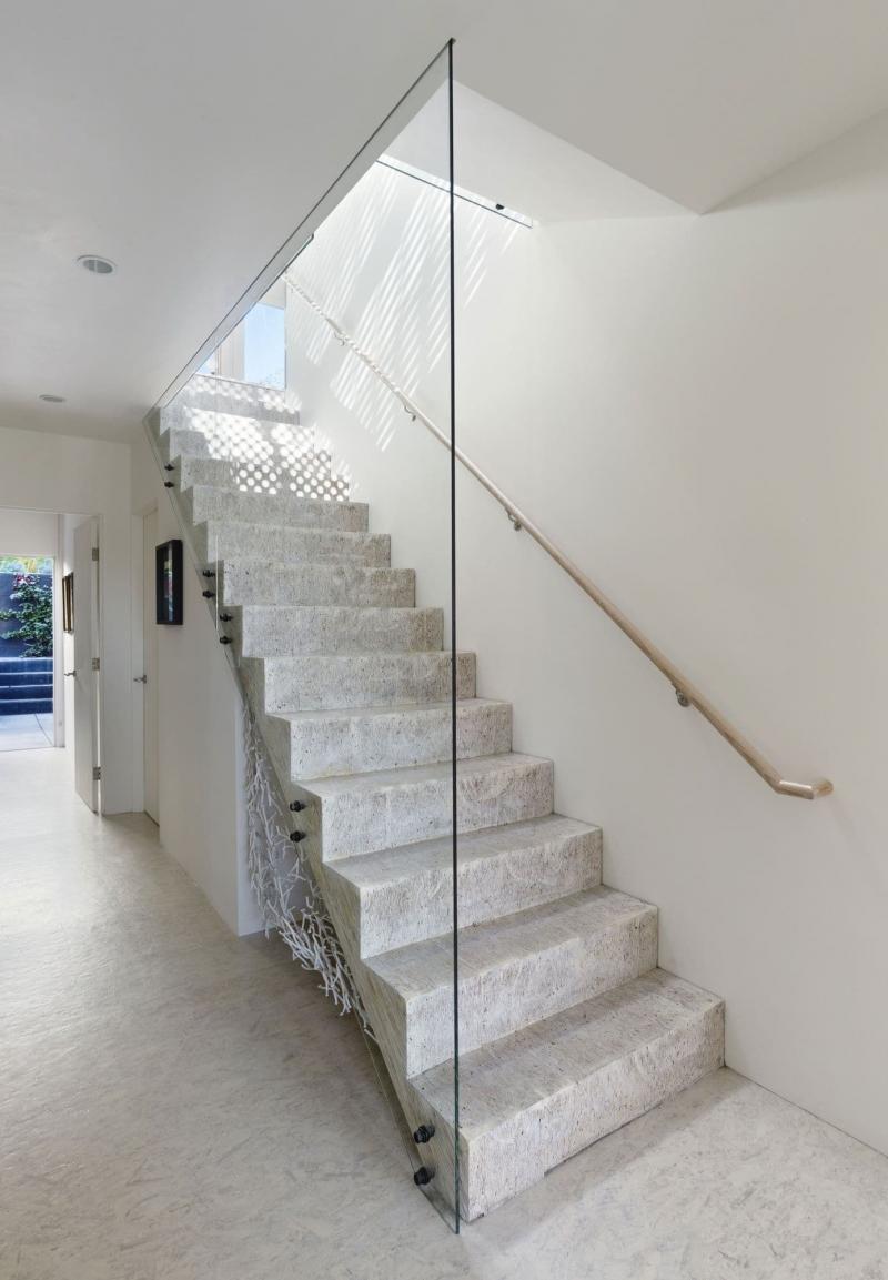Бетонная лестница на второй этаж 3