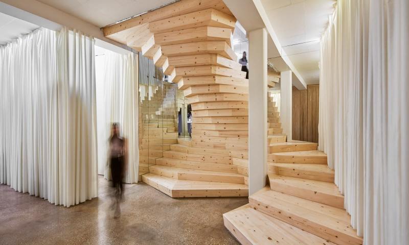 Деревянная лестница на второй этаж 2