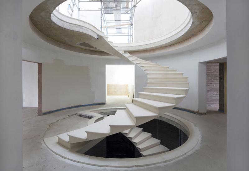 Лестница на второй этаж из камня 6