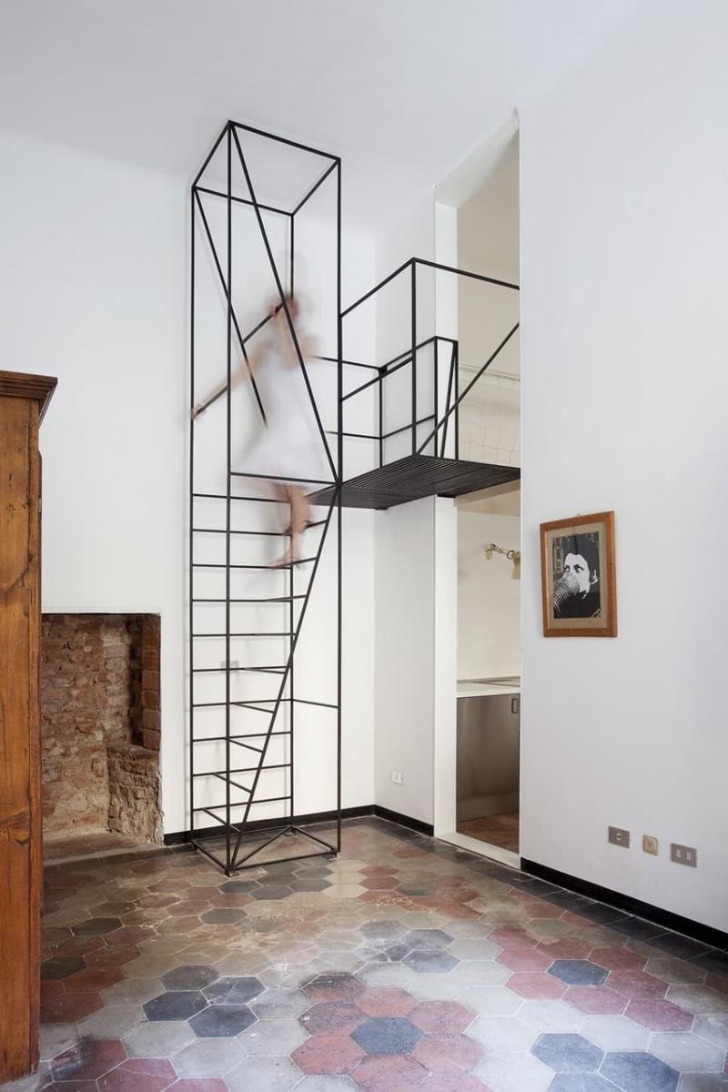 Металлическая лестница на второй этаж 1
