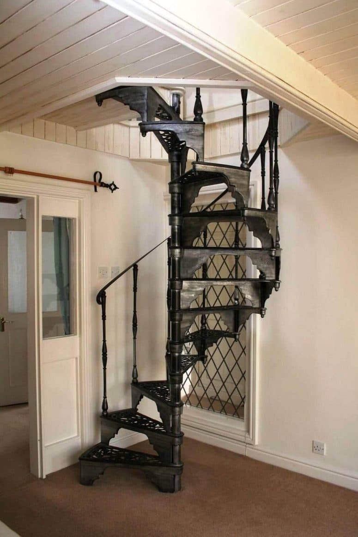 Металлическая лестница на второй этаж 2