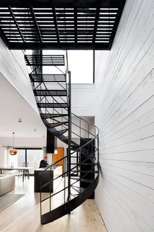Металлическая лестница на второй этаж 4