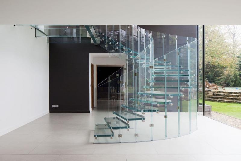 Стеклянная лестница на второй этаж 2