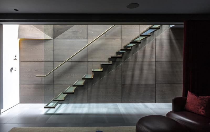 Стеклянная лестница на второй этаж 3