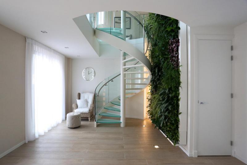 Стеклянная лестница на второй этаж 4