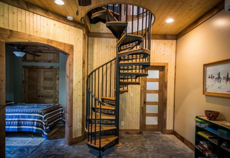 Винтовая лестница на второй этаж 7