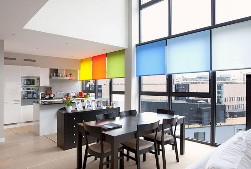 Рулонные шторы в интерьер кухни 10