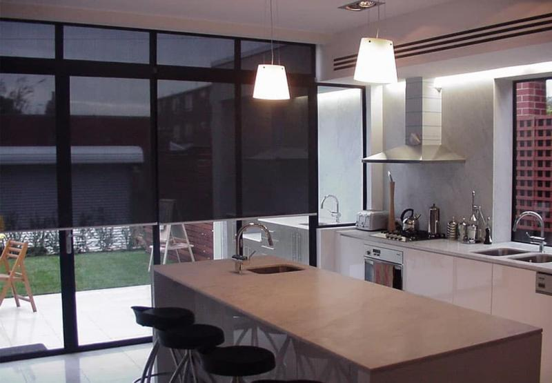 Рулонные шторы в интерьер кухни 2