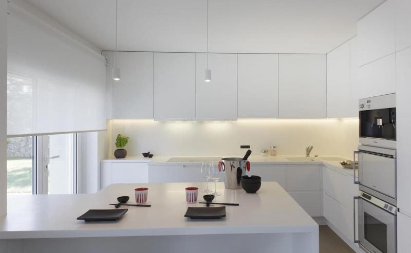 Рулонные шторы в интерьер кухни 5