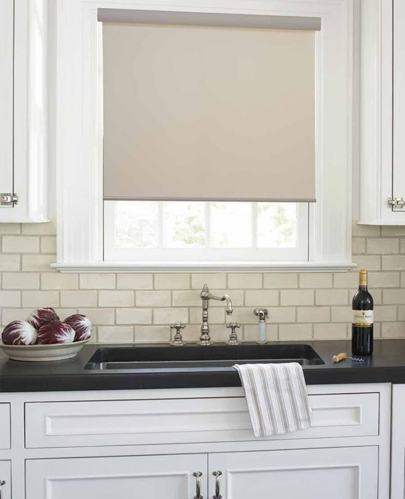 Рулонные шторы в интерьер кухни 6