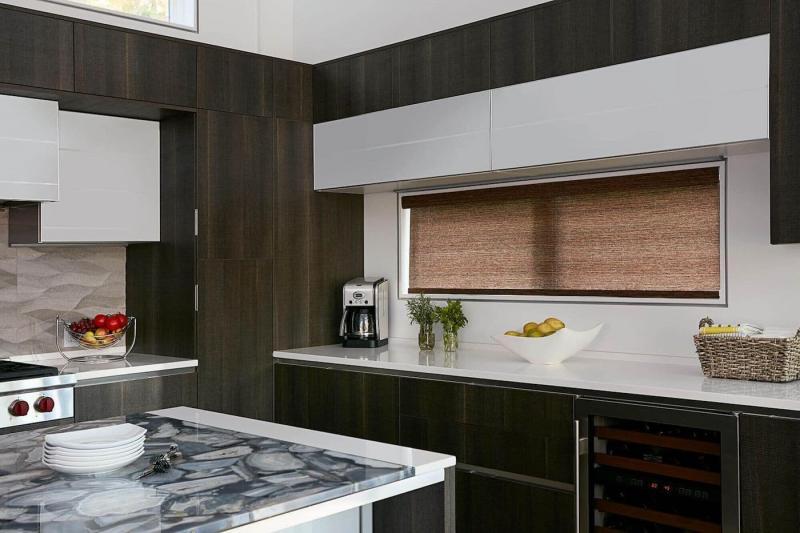 Рулонные шторы в интерьер кухни 7
