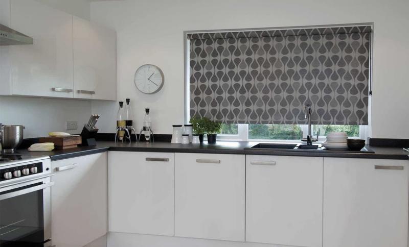 Рулонные шторы в интерьер кухни 8