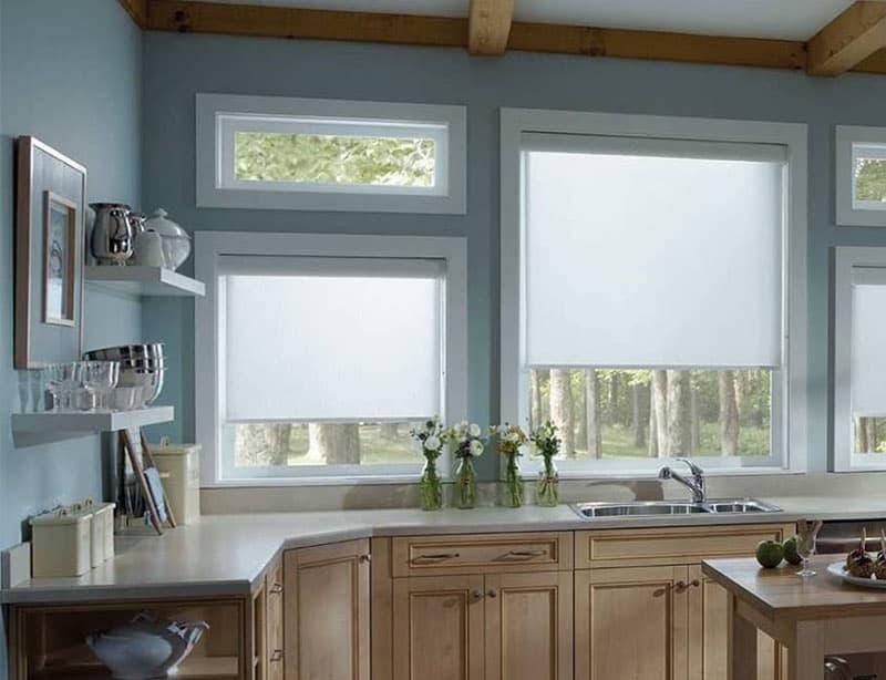 Рулонные шторы в интерьер кухни 9