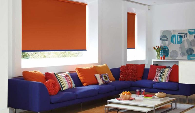 Рулонные шторы в интерьере гостиной 7