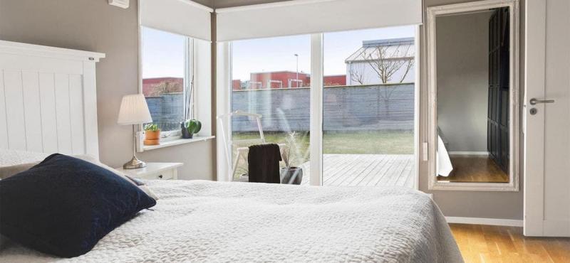 Рулонные шторы в интерьере спальни 7