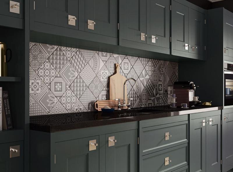 Диагональная укладка плитки на кухонном фартуке