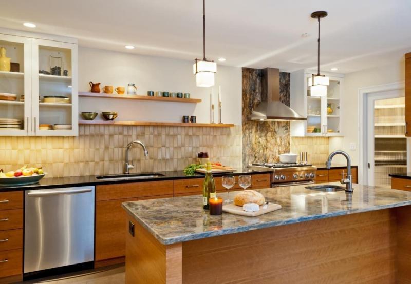 Комбинировние материалов в кухонном фартуке