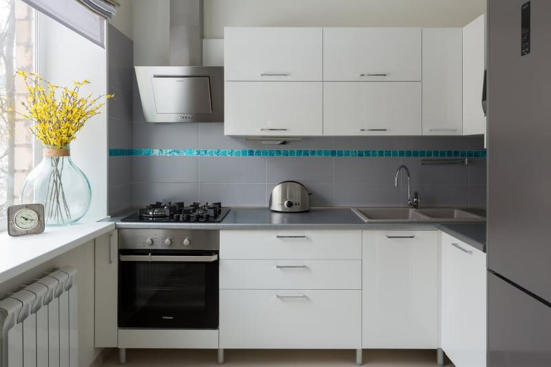 Белая кухня с серым фартуком и мозаикой (Анна Елина, г. Москва) 1