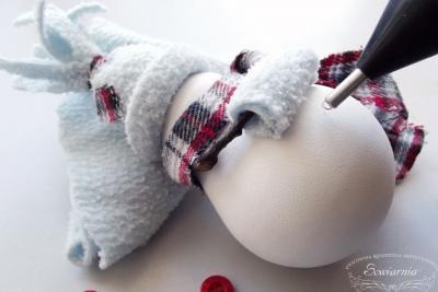 Новогодняя игрушка на ёлку своими руками Снеговик из лампочки Мастер-класс