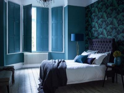 Синие обои в интерьере спальни 1