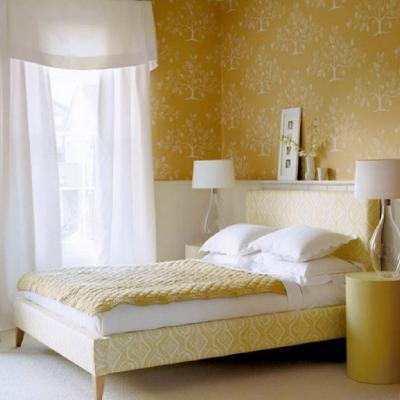 Желтые обои в интерьере спальни 1