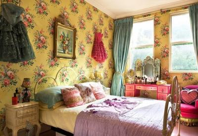 Желтые обои в интерьере спальни 7