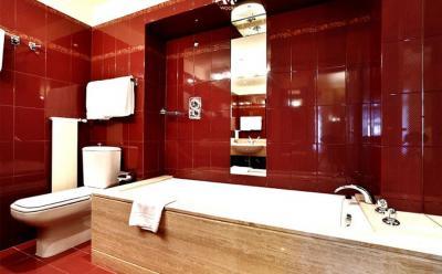 Цвет Винный Красный в интерьере ванной комнаты